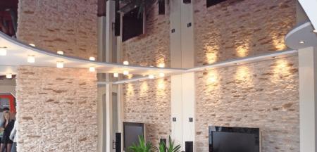 Преимущества зеркальных натяжных потолков
